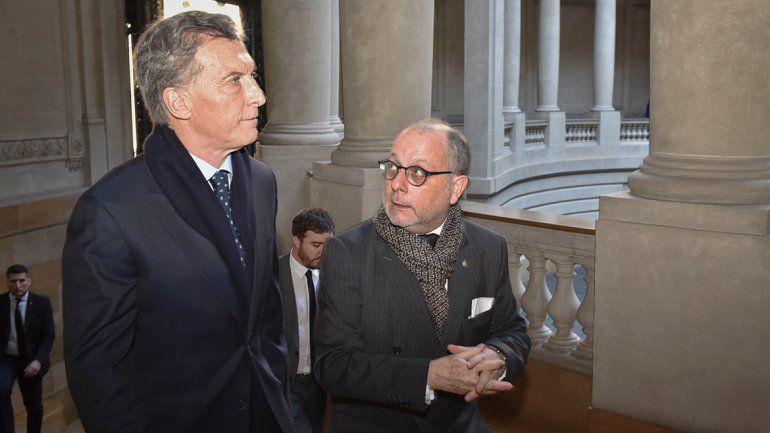 Macri recibió un pañuelo verde en medio de un acto en Cancillería