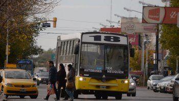 el precio impacta fuerte en colectivos y taxis