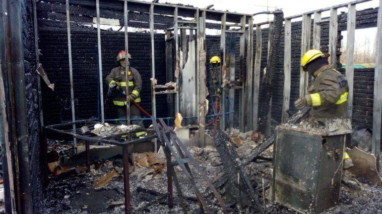 Un voraz incendio dejó sin casa a una mujer y su hija