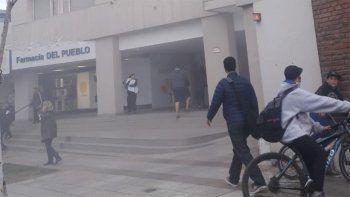se incendio un vehiculo y evacuaron todo un edificio centrico