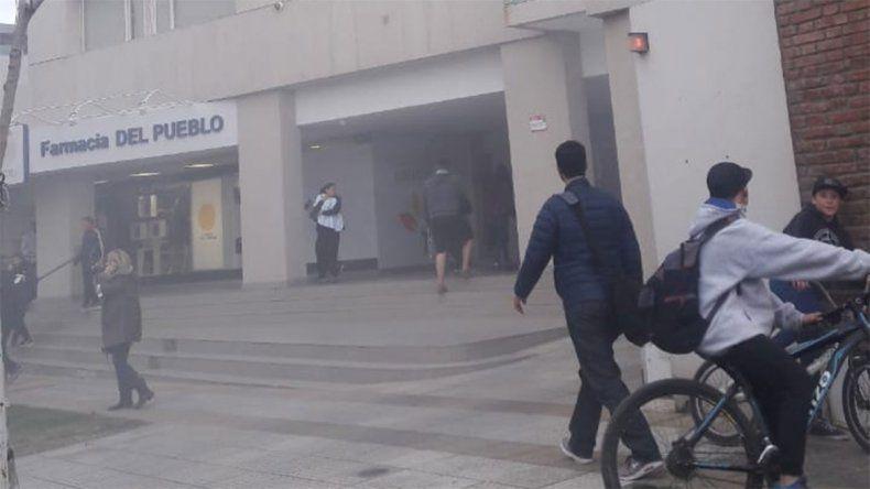 Se incendió un vehículo en el estacionamiento y evacuaron todo el edificio