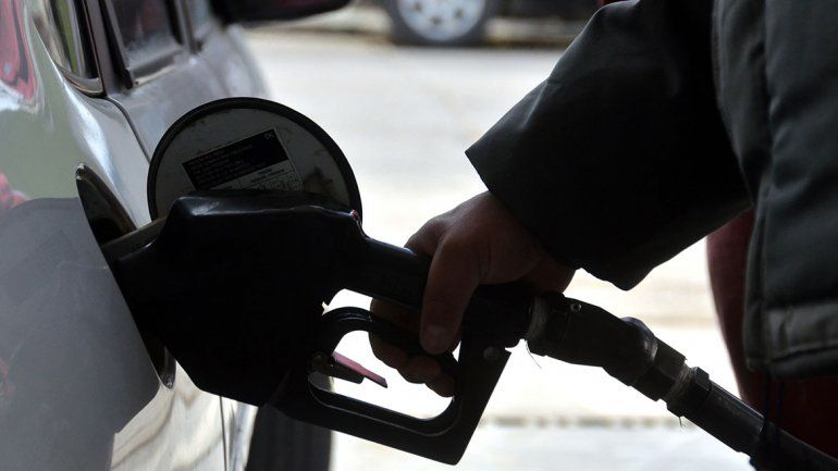 Por la crisis, llenar el tanque de nafta es toda una rareza
