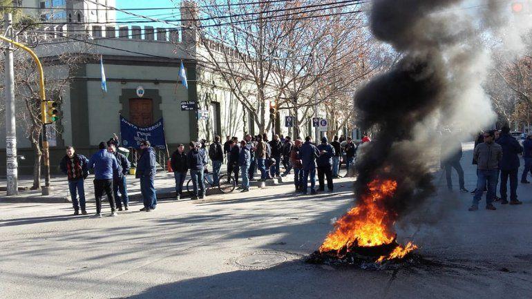 Trabajadores del EPAS  reclamaron por deuda en Casa de Gobierno