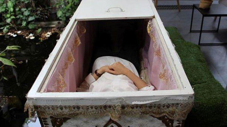Durmió en un ataúd para atraer buenas vibras y se asfixió