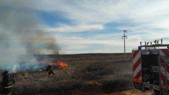 un incendio de pastizales obligo a la salida de una linea de epen