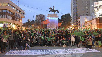 Cientos de adolescentes coparon el pañuelazo verde