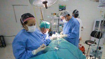 Salvaron la mano de un paciente con una microcirugía