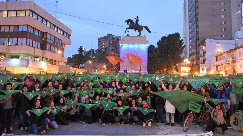 Pañuelazo verde tras la votación en el centro