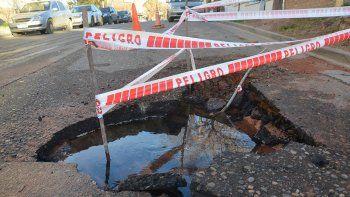 Otro caño roto: una enorme pérdida de agua baja del alto
