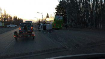 camioneta termino acostada tras un choque en la ruta 22