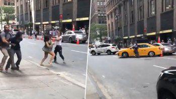 una taxista ataco a pinas a otro conductor y su pareja