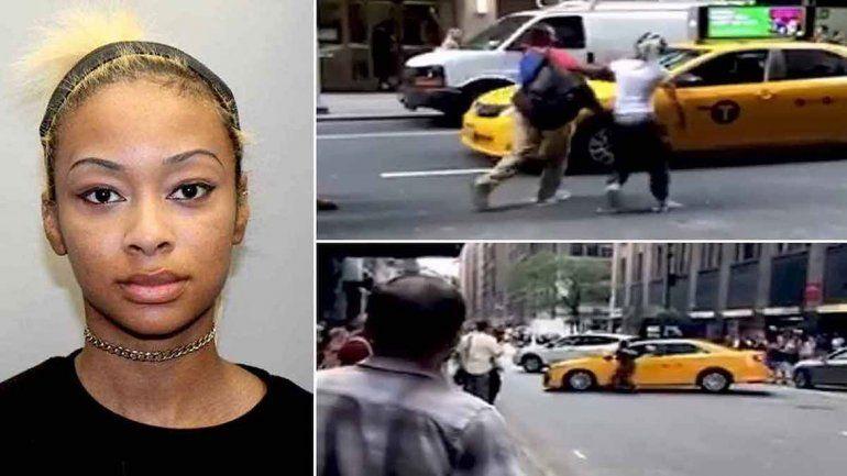 Mujer taxista agrede a pareja, embiste vehículos y huye en EU