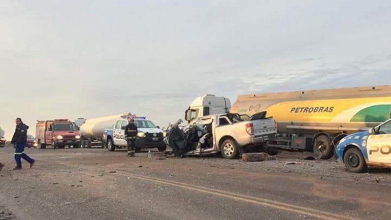 Perdió el control y chocó con dos camiones de frente: una mujer y dos menores heridos