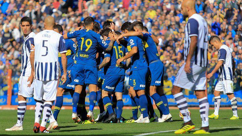 El festejo de Pavón y sus compañeros por el gol de la victoria en La Bombonera.