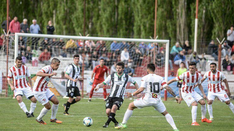 Manolo Berra (Independiente) y Germán Weiner (Cipolletti) en uno de los enfrentamientos entre sí. Cuestionaron las desprolijidades.