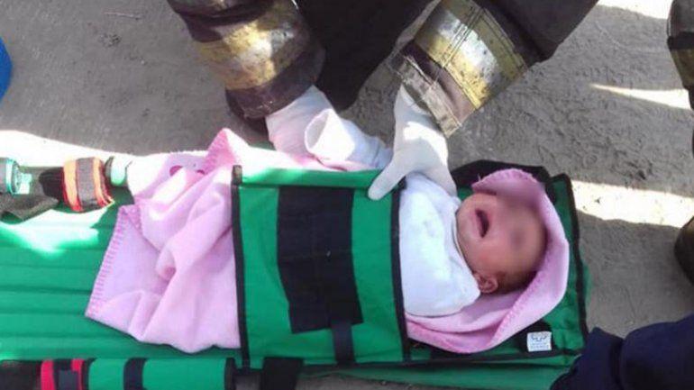 Dramático rescate de una bebé que cayó a un desagüe