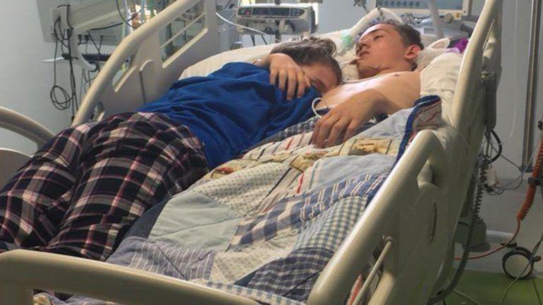 La historia de amor detrás de una desgarradora foto en un hospital