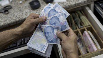 La lira turca se devalúa y su caída golpea a las bolsas en Europa y Asia.