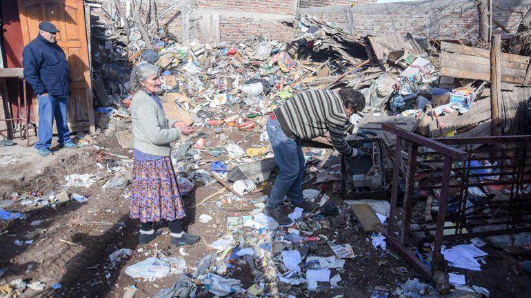 El hombre que vivió entre montañas de basura con sus padres durante 30 años