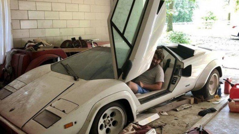 Murió su abuelo y le revisó su cochera: encontró un Lamborghini y una Ferrari