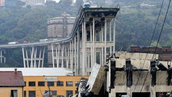 italia: se derrumbo un puente y hay 35 muertos