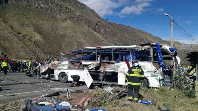 Choca un micro en Ecuador y fallecen al menos 25 personas