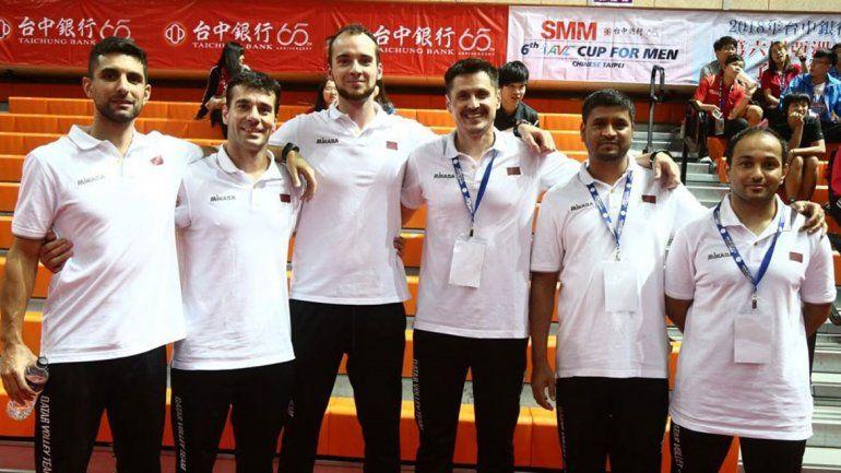 Camilo festeja con sus jugadores el primer titulo de Qatar ayer en China.