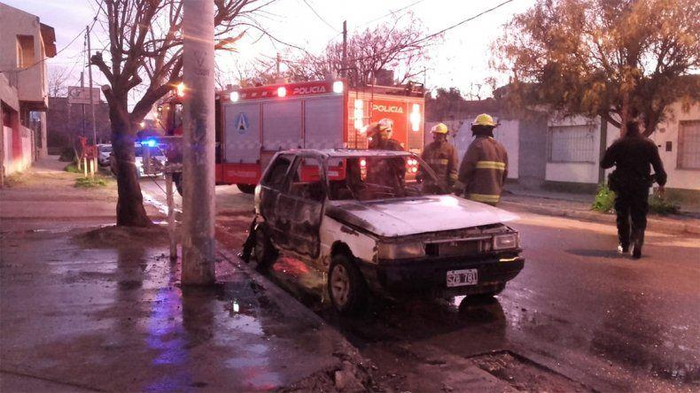 No pudieron robar un auto y decidieron incendiarlo
