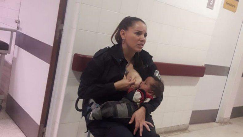 La imagen del gesto de la agente Celeste Ayala se viralizó enseguida.