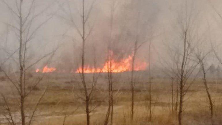 Bomberos sofocaron voraz incendio de pastizales en China Muerta