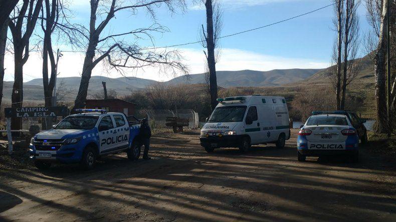 Personal policial y la ambulancia del hospital de la localidad trabajando en la costa del río Chimehuín.