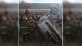 una persona quedo atrapada en el auto tras volcar en un camino rural