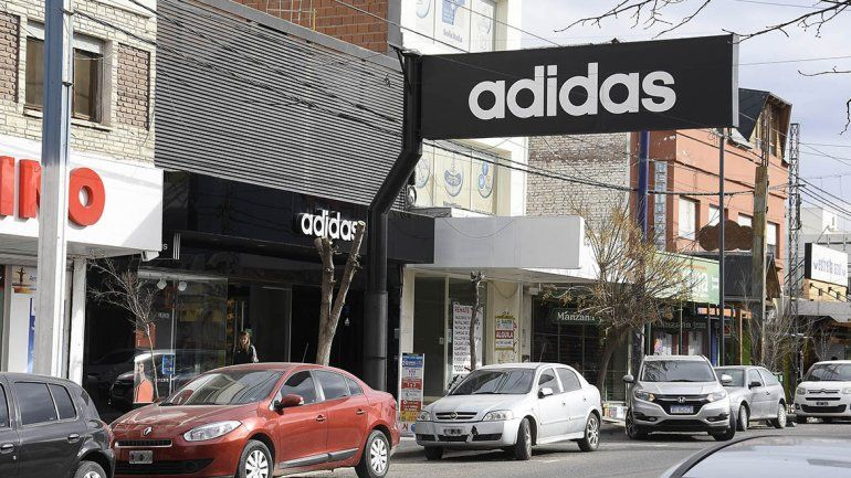 Otro golpe boquetero: robaron 300 mil pesos en indumentaria deportiva de un depósito