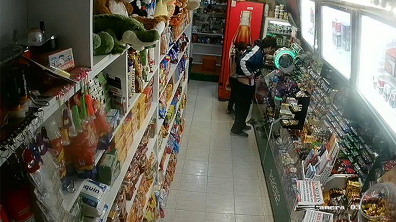Un hombre robó chocolates de un kiosco con un nene y lo escracharon las cámaras