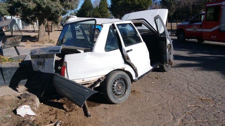 Sacaba el auto de su garage y lo chocó un borracho a alta velocidad