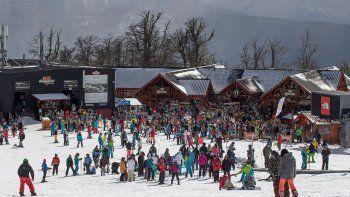 cinco mil esquiadores disfrutaron de la nieve en chapelco