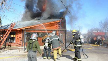 las llamas consumieron un departamento y afectaron parte de un local comercial