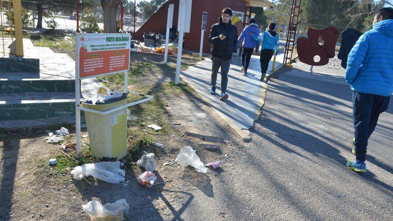 Hay mucha basura  dentro del Parque Valentina Norte