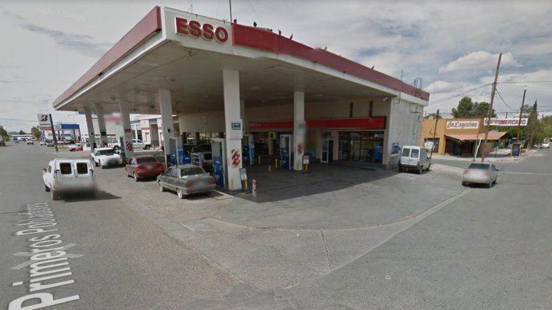Cutral Co: cargaba nafta a su moto y ladrones le robaron el celular y la billetera