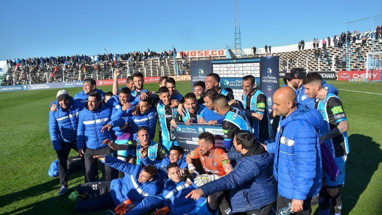 El plantel de Almagro recibió el cheque de $970.000 por haber superado la llave de 16avos. de final en la Copa Argentina. Espera al ganador de Talleres y Central.