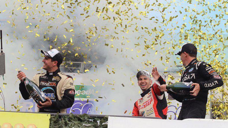 Juan Cruz Benvenuti en el podio con Leonel Pernía y Emmanuel Pérez.
