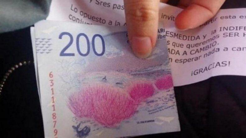Sorprendió a todos: regaló billetes $200 en el tren junto a un mensaje