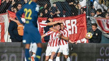 El festejo tras el gol de Pellegrini, el pibe de 18 años que marcó el segundo.