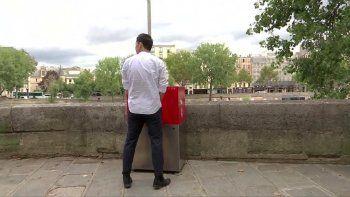 en paris colocaron mingitorios en las calles y estallo la polemica