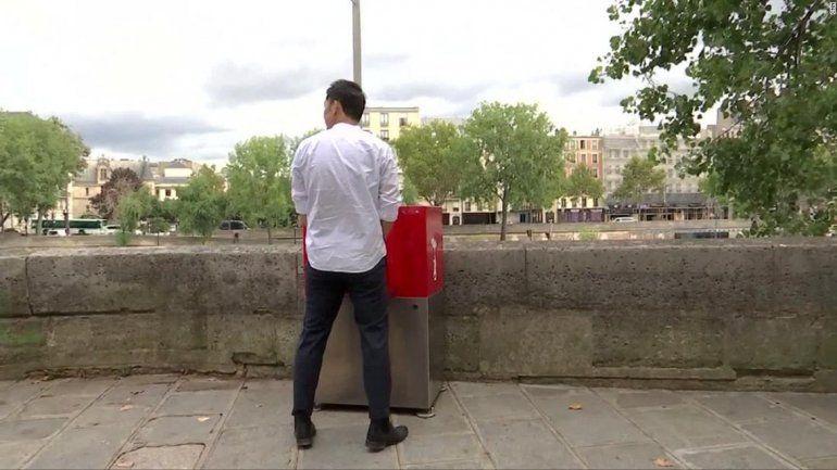 En París colocaron mingitorios en las calles y estalló la polémica