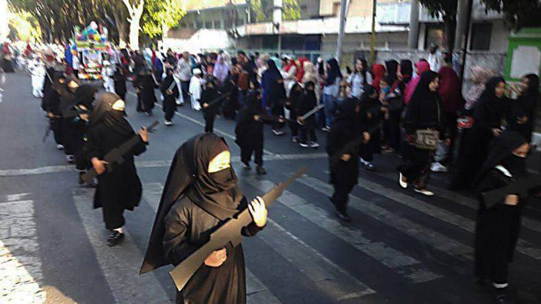 Una guardería disfrazó a los niños como yihadistas con armas para un desfile