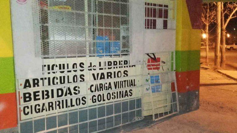 Barretearon la reja de un kiosco  y se alzaron con 150 mil pesos
