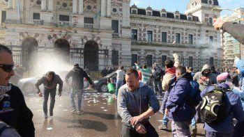 Una protesta sindical terminó con piedras, balas de goma y heridos.