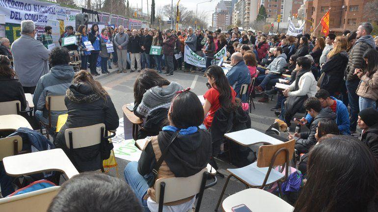 Seis facultades de la UNCo sesionaron en la calle en reclamo de aumento de sueldos y presupuesto