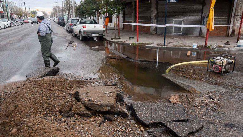 Otro caño roto en la ciudad encendió la polémica con Pechi